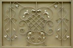 La struttura del portone dorato del metallo con un bello modello floreale di meta forgiato Fotografia Stock