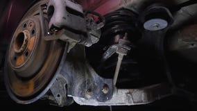 La struttura dell'automobile, parti sotto il cappuccio, vista dell'automobile dell'automobile da sotto, riparazione, garage, smon archivi video