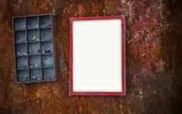 La struttura della foto sulla parete arrugginita e gli scaffali rubbish Fotografie Stock