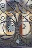 La struttura della griglia in ferro battuto sulla finestra fine Pezzo fucinato artistico Fotografia Stock Libera da Diritti