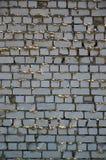 La struttura della parete del mattone bianco, di rinforzo con gli strati trascurati e trascurati del morta Immagine Stock
