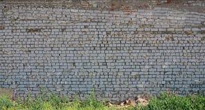 La struttura della parete del mattone bianco, di rinforzo con gli strati trascurati e trascurati del morta Fotografia Stock