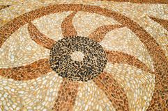 La struttura della parete di pietra, della strada da piccolo in tondo e delle pietre ovali con le linee di cuore sottratte modell immagine stock
