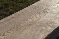 La struttura della plancia di legno senza buccia da desidera ardentemente il soffitto della casa di ceppo al sole Fotografia Stock