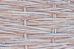 La struttura delle canne asciutte Canne gialle Un recinto fatto delle canne Il tetto ? coperto di canne ramoscelli bastoni fotografia stock