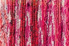 La struttura di cotone tessuto rosso, rosa, bianco infila Fotografie Stock Libere da Diritti