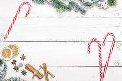 La struttura di festa di Natale con i bastoncini di zucchero e l'abete si ramifica sopra corteggia Fotografia Stock
