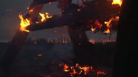 La struttura di legno brucia con le scintille alla notte archivi video