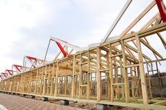 La struttura di legno della costruzione Costruzione di struttura di legno Collegamento e legatura dei fasci nella costruzione deg Fotografia Stock Libera da Diritti