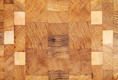 Struttura di legno con i modelli geometrici isolati su bianco Fotografie Stock