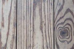 La struttura di legno, vecchi bordi naturali senza l'elaborazione supplementare, è individuata verticalmente, il legno è danneggi Immagini Stock Libere da Diritti