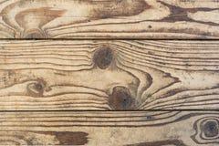 La struttura di legno, vecchi bordi naturali senza l'elaborazione supplementare, è individuata verticalmente, il legno è danneggi Fotografia Stock Libera da Diritti