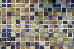 La struttura di piccole mattonelle quadrate sulla parete Immagini Stock