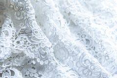 La struttura di pizzo su un fondo bianco Primo piano di tessuto bianco increspato Fondo astratto del panno lussuoso per le nozze  Immagine Stock