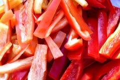 La struttura di rosso ha tagliato le strisce a pezzi del fondo del peperone dolce immagine stock