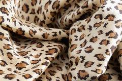 La struttura di tessuto di seta nel colore del leopardo fotografie stock