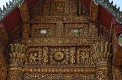 La struttura di tetto del timpano tradizionale rivela un cavallo? fotografie stock