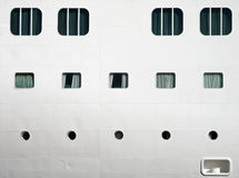 La struttura di un bianco spedice lo scafo con le finestre Fotografia Stock Libera da Diritti