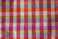 La struttura di un fondo viola rosso variopinto sgualcito di struttura del tessuto di multycolor fotografie stock