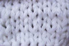 La struttura di una tela bianca tricottata in un tema di inverno, nell'umore del Natale e del nuovo anno Immagini Stock Libere da Diritti