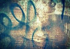 La struttura di vecchia ruggine della parete del garage del metallo macchia il lerciume dei graffiti Immagine Stock