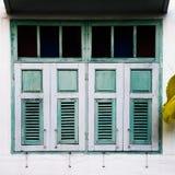 La struttura di vecchie finestre di legno dell'case in Hatyai, Songkhla, Tailandia Immagini Stock Libere da Diritti