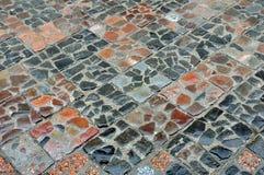 La struttura di vecchie pietre per lastricati bagnate quadra la forma Immagini Stock