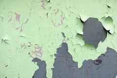 La struttura di vecchio metallo ossidato misero, di ferro con la pittura verde di pelatura in espansione della sbucciatura e dei  fotografie stock
