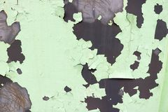La struttura di vecchio metallo ossidato misero, di ferro con la pittura verde di pelatura in espansione della sbucciatura e dei  immagine stock