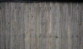 La struttura di vecchio recinto di legno rustico fatto del piano ha elaborato i bordi L'immagine dettagliata di un recinto della  immagine stock
