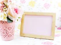 La struttura e le rose di legno in bianco della foto fioriscono sulla tavola immagine stock libera da diritti