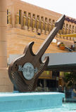 La struttura enorme della chitarra elettrica della replica nella caratteristica dell'acqua all'entrata al Hard Rock Cafe in Playa Fotografia Stock Libera da Diritti