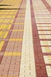 La struttura, fondo, area variopinta ha allineato con le lastre per pavimentazione Immagine Stock