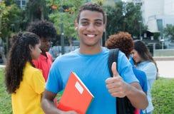 La studentessa afroamericana con il gruppo di multietnico studen Immagine Stock Libera da Diritti