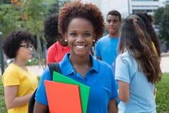 La studentessa afroamericana con il gruppo di multietnico studen Fotografie Stock Libere da Diritti