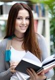 La studentessa apre il libro Fotografia Stock