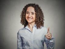 La studentessa che è emozionante dando la mostra sfoglia sul gesto di mano Fotografia Stock