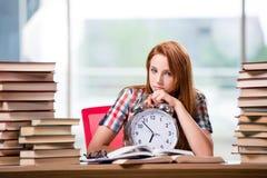 La studentessa con l'orologio che prepara per gli esami Fotografie Stock
