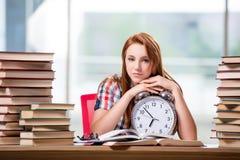 La studentessa con l'orologio che prepara per gli esami Immagini Stock