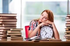 La studentessa con l'orologio che prepara per gli esami Immagini Stock Libere da Diritti