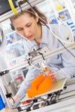 La studentessa fa l'oggetto sulla stampante 3D Fotografia Stock Libera da Diritti