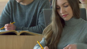 La studentessa fa una certa domanda al compagno di classe maschio stock footage
