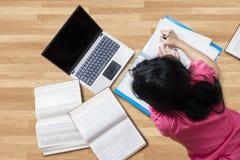 La studentessa impara sul pavimento Fotografie Stock