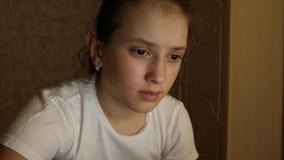 La studentessa prepara studiare per il computer portatile a casa nella sala archivi video