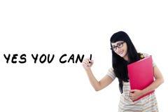 La studentessa scrive una parola 1 di consiglio fotografia stock