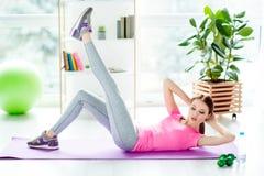 La stuoia di pratica pavimenta la costruzione fisica dei muscoli dell'atleta del bodycare Immagine Stock Libera da Diritti