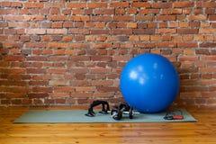 La stuoia, il fitball, la corda, le teste di legno ed il supporto spinta-UPS si trovano sul Fotografia Stock Libera da Diritti