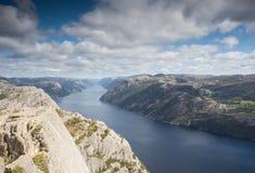 La stupéfaction Norvège aménagent en parc avec une belle rivière calme et un ciel bleu avec des nuages photos stock