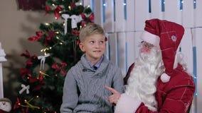 La stupefazione Little Boy ascolta Santa Claus archivi video