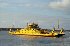 La Suède, le ferry manie habilement entre les îles image stock